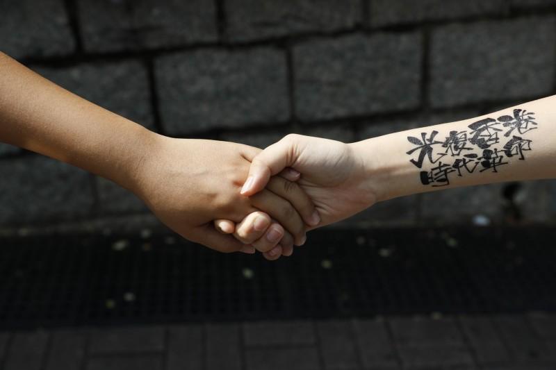 香港網友在將軍澳發起「陳同學最後走過的路」人鏈,悼念離奇陳屍海上的15歲少女陳彥霖,並呼籲各界提供影像證據。圖為「人鏈」示意圖。(歐新社)