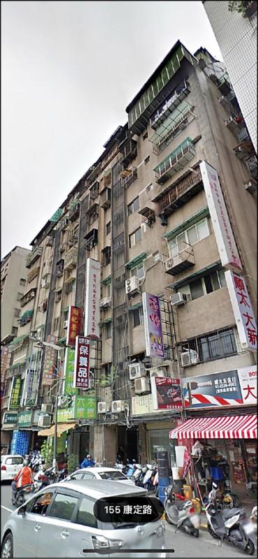 北市萬華區的鑽石大樓長期暗藏春色。(記者劉慶侯翻攝)