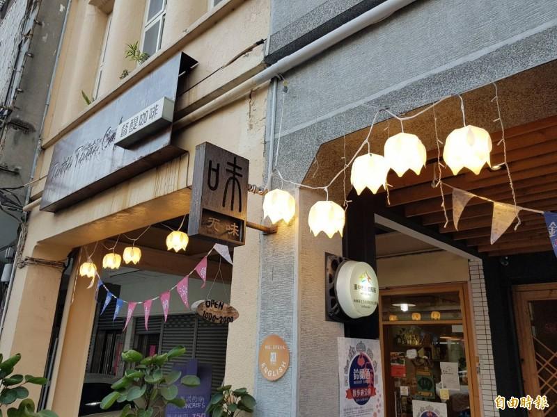 中區「鈴蘭通散步納涼會」登場,合作店家在屋簷下掛起一盞盞的鈴蘭燈。(記者黃鐘山攝)