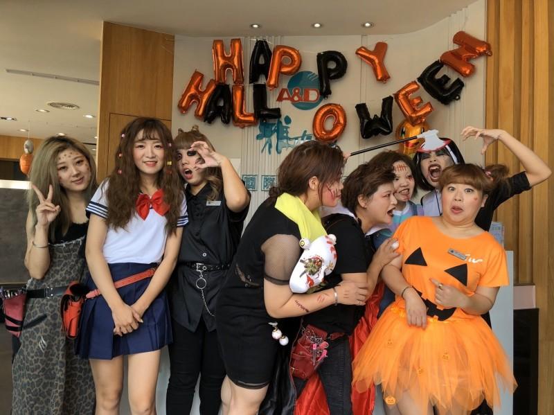 彰化市一家美髮業美髮師裝扮成鐘樓怪人、吸血鬼、恰吉等各種萌鬼恐怖造型迎接萬聖節,驚嚇指數破表。(記者湯世名翻攝)