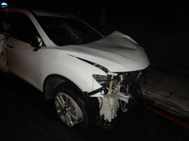 謝男汽車撞毀兩支路燈桿,損壞頗嚴重。(記者張瑞楨翻攝)