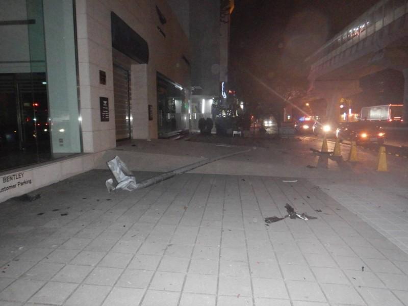 謝男汽車衝入賓利展示中心旁人行道,撞斷路燈桿。(記者張瑞楨翻攝)