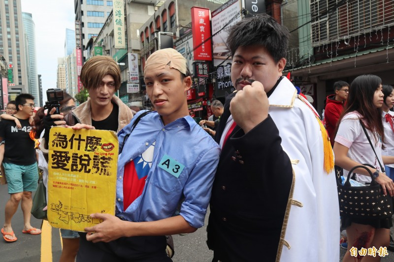 有民眾於萬人變裝踩街扮演韓國瑜。(記者周湘芸攝)