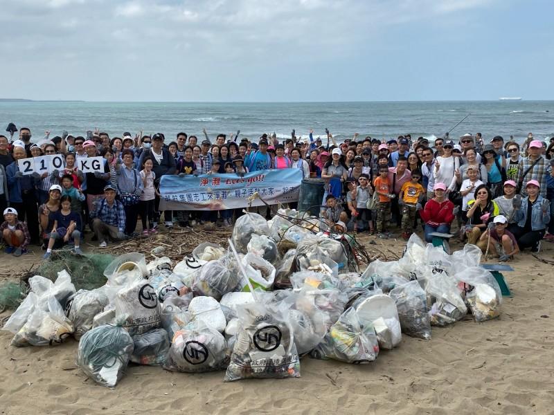 身體力行清理海洋廢棄物,華航資副帶隊赴沙崙海灘淨灘。(圖:華航提供)