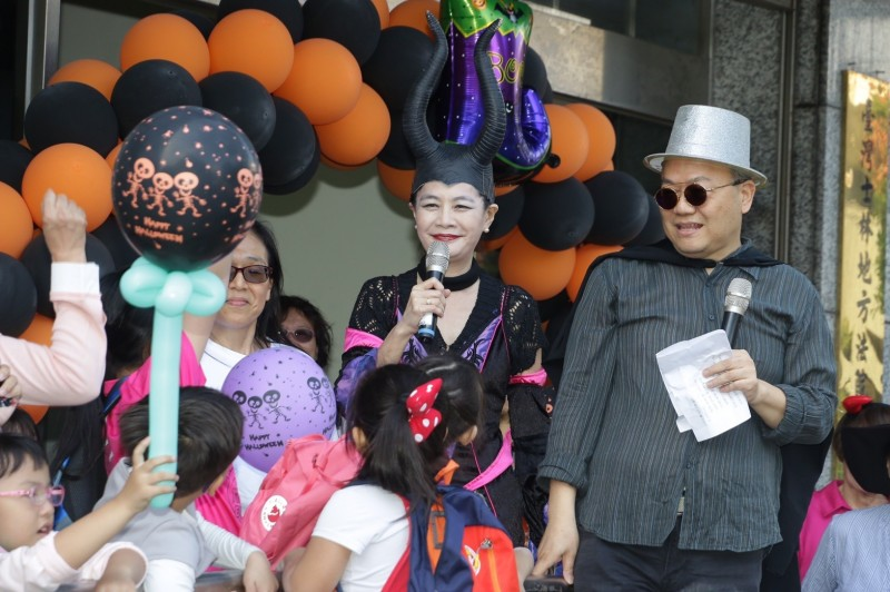 士林地院院長蔡彩貞出現「反差萌」,家長與小朋友搶著跟她合照。(記者吳政峰翻攝)