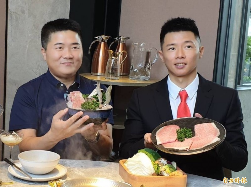 顏寬恒(左)出席弟弟顏仁賢新開火鍋店開幕宣傳。(記者蔡淑媛攝)