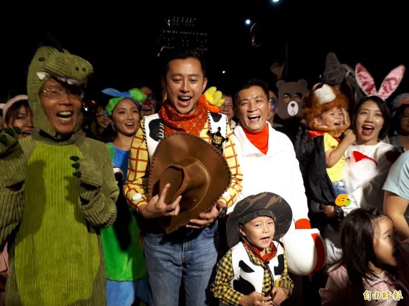 新竹市政府晚間舉辦萬聖節動物搗蛋趴,市長林智堅以胡迪警長裝扮帶領市民在舊城區大遊行,吸引滿滿人潮,讓新竹市成了變裝不夜城。(記者洪美秀攝)