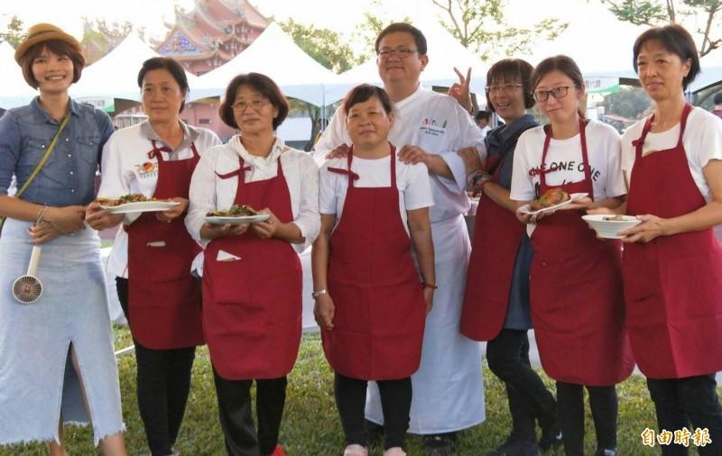 西港社區媽媽研習胡麻西式料理,是幸福餐桌的好助手。(記者楊金城攝)