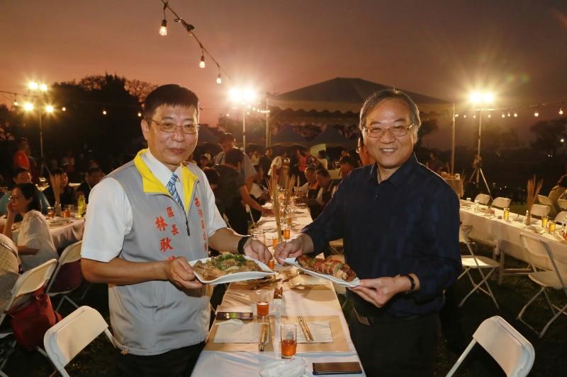 台南市民政局長顏振標(右)、西港區長林耿漢(左)為今晚幸福餐桌開幕。(記者楊金城翻攝)
