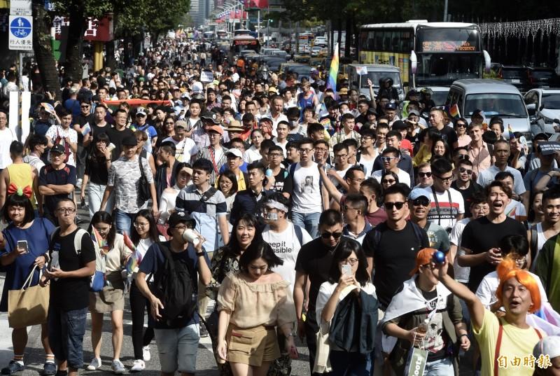 第17屆台灣同志大遊行26日登場,隊伍由台北市政府前廣場出發,沿忠孝東路至凱道。(記者簡榮豐攝)