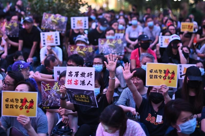 香港醫護界發起集會,呼籲政府「尊重人權、克制警權」,尊重傷者就醫的權利,停止濫捕清算。(法新社)