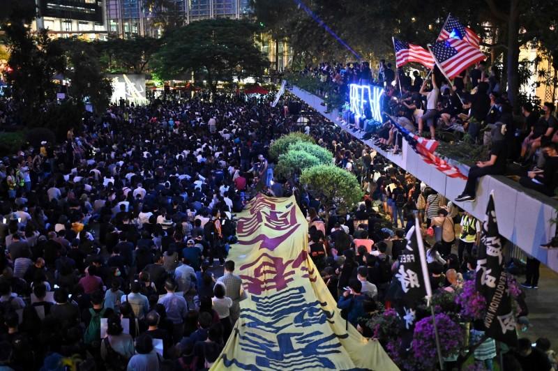 香港立法會議員李國麟表示,傷者不敢至公立醫院就診,必須轉向「私醫」或「地下醫療」,都是「林鄭政府縱容黑警造成」。圖為香港遮打花園集會現場。(法新社)