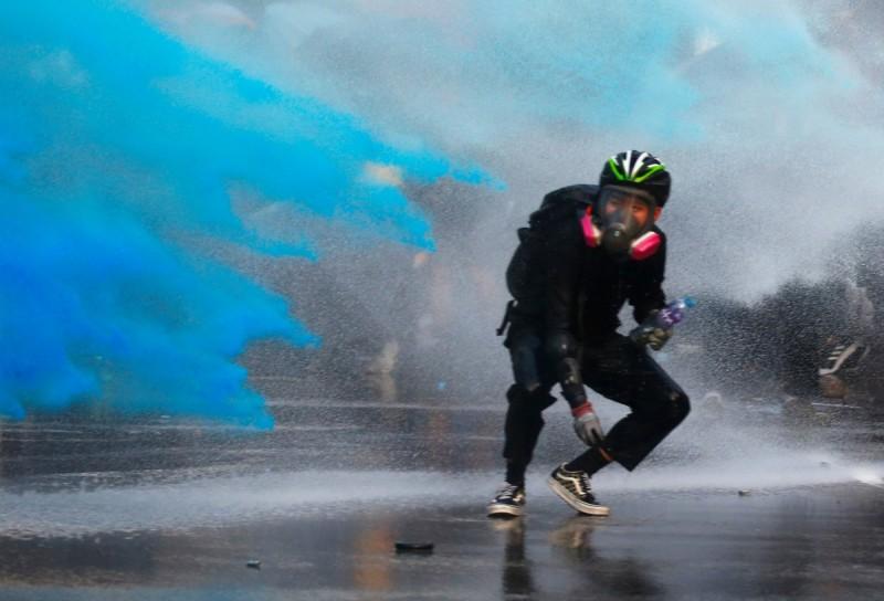 香港警方多次出動水砲車噴射「藍色水」,有多位遭擊中的示威者、記者感到全身灼熱,而綠色和平公布的化驗報告顯示可能含有毒物質。(路透)