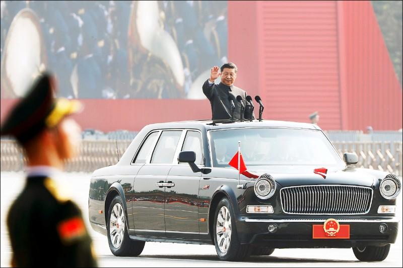 習近平曾向黨內同志誓言,會讓中共及解放軍在二○二○年前做好跨海攻台的準備。圖為今年十月一日天安門大閱兵。(路透)
