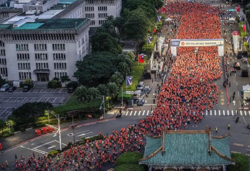 2019長榮航空城市觀光半程馬拉松吸引約兩萬跑者於今日總統府前起跑,共同迎接北市曙光。(長榮航空提供)