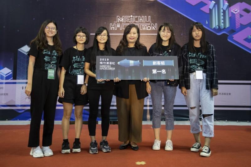 「新竹x梅竹黑客松」今日下午閉幕,由清大科技管理學院5名女大學生組成的「菜雞大隊」,以 app餐車創意設計奪下創客組首獎。(新竹市政府提供)