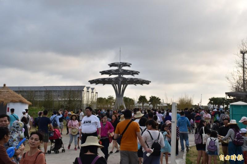 桃園農業博覽會閉幕前人潮湧現,未來農博基地將轉型為環境教育基地。(記者李容萍攝)