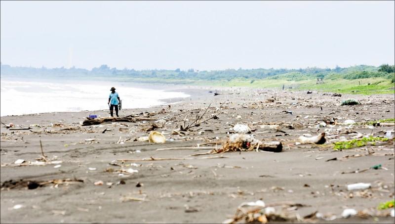 行政院「向海致敬」政策規劃出爐,由環保署聯合八個政府機關,會同各縣市政府全國總動員清理海岸垃圾、廢棄漁具、漂流木等三大類廢棄物,為打造全台灣將近兩千公里的美麗海岸線。(資料照)