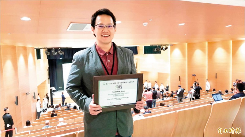 中研院國家生技園區生醫轉譯計畫團隊也獲獎,團隊成員胡哲銘代表領獎。(記者簡惠茹攝)