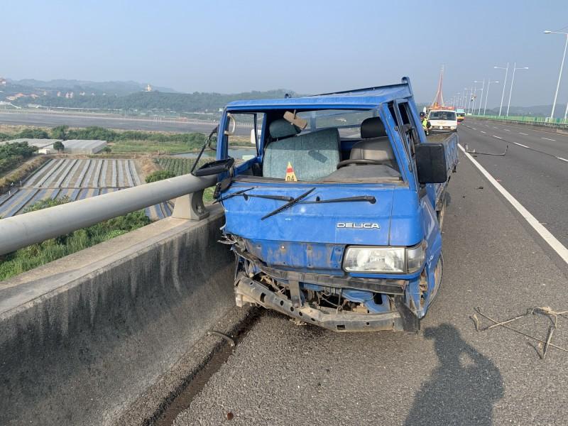 國道3號南下387.3K過斜張橋北端,今天上午7點多傳出小貨車自撞護欄事故,且駕駛掉落斜張橋下,屏東縣消防局協助搜救後表示,該駕駛已明顯死亡。(國道大隊提供)