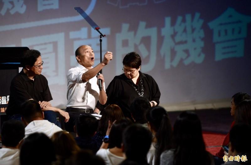 韓國瑜(左二)今晚在台北舉辦青年論壇,不少年輕人踴躍發問。左一為張善政。(記者羅沛德攝)