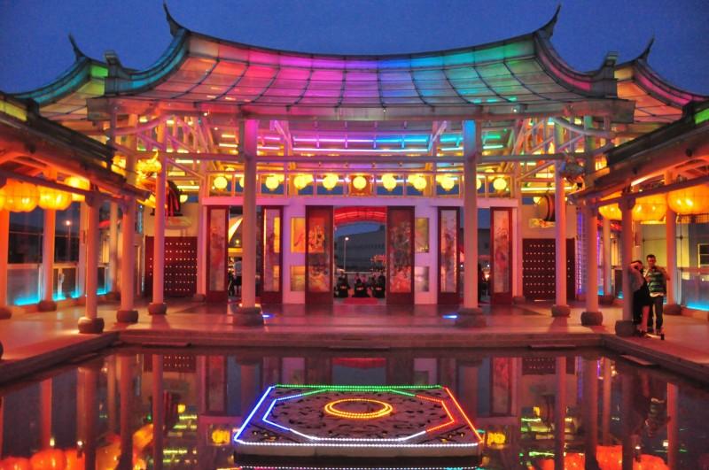 全世界獨一玻璃媽祖廟的台灣護聖宮,夜晚燈光亮起,美爆了!(圖縣府提供)
