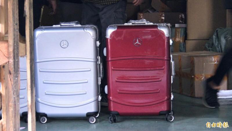 連千毅直播站查扣假貨近百人詢問,1人懷疑買到假「賓利」行李箱報案,圖為警方查扣到不少「賓士」行李箱,檢警呼籲消費者勇於報案。(資料照)
