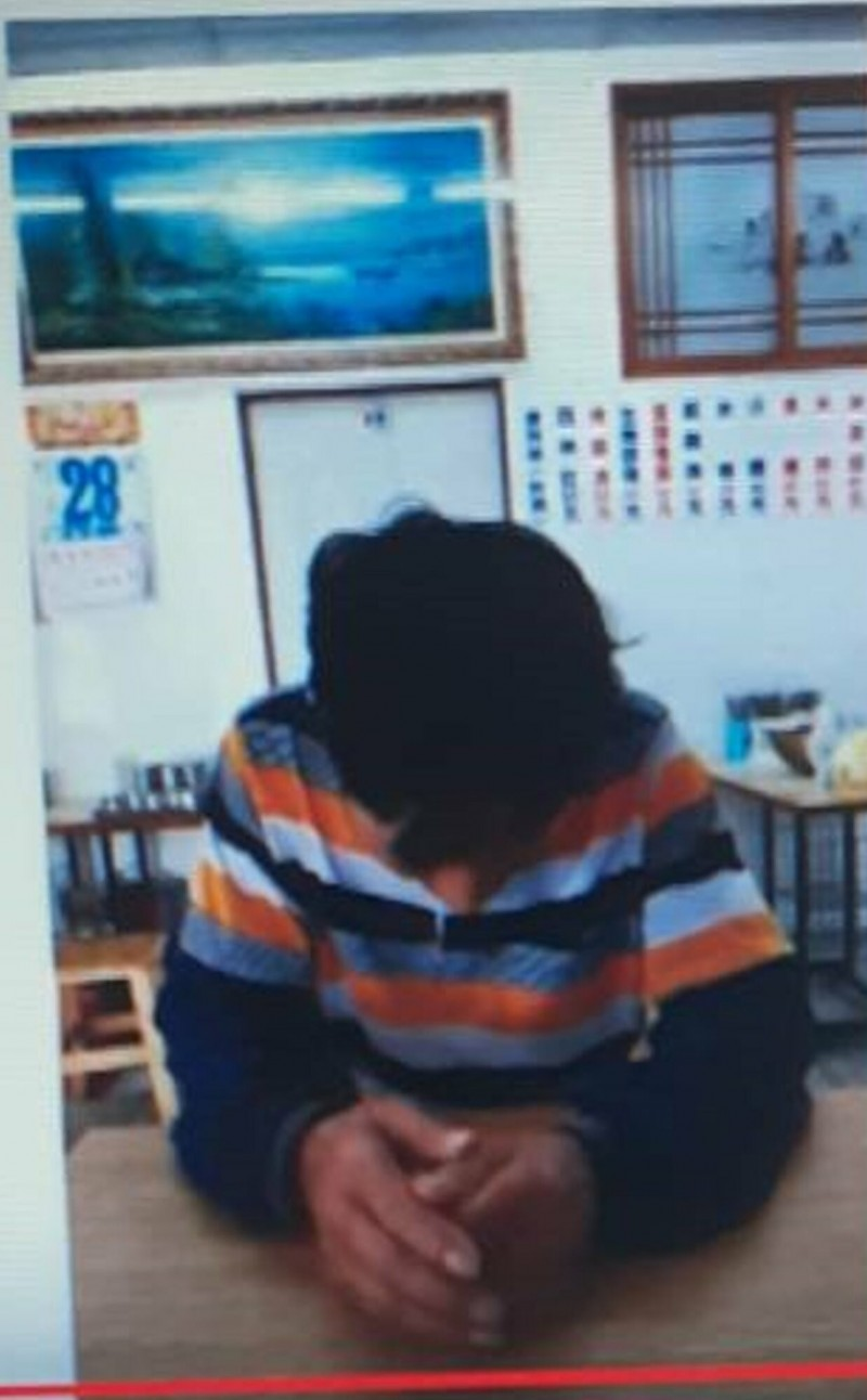 被控摔死幼貓,台東知名麵店賴姓老闆現身說明,辯稱自己是愛貓人,想抓回家養,事實非網傳,造成社會大眾困擾,鞠躬道歉。(記者陳賢義翻攝)