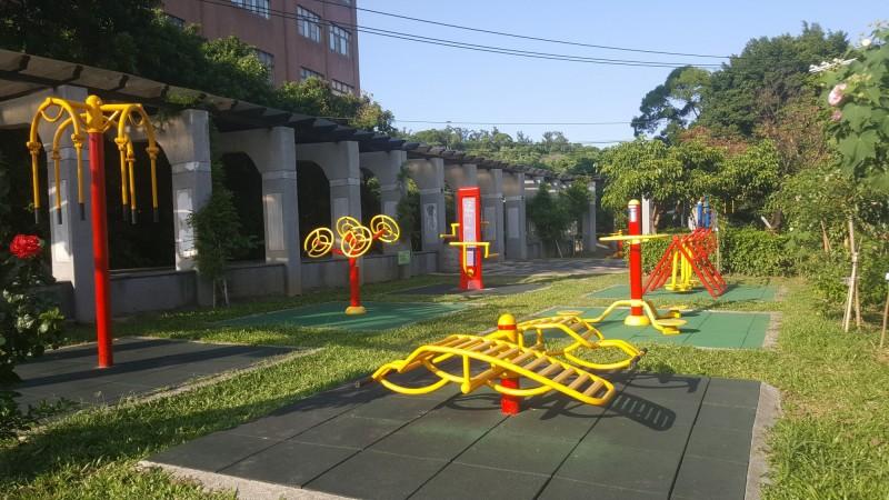 百齡公園打造全新體健設施。(圖由淡水區公所提供)