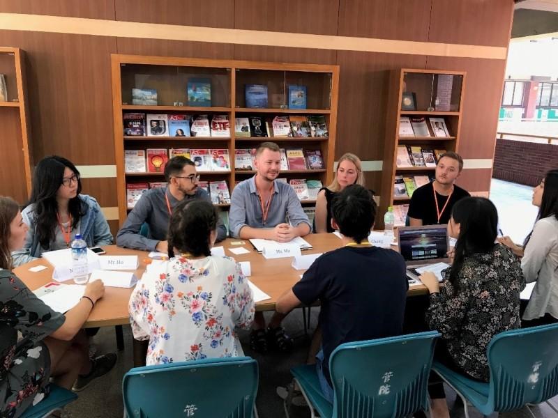 中山企管課程藉由角色扮演協商談判體驗跨文化障礙。(中山大學提供)