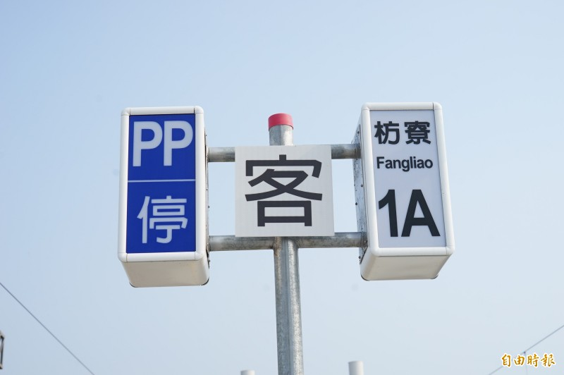潮州到枋寮段預計12月20日電氣化通車,站內現在已設置相關號誌。(記者陳彥廷攝)