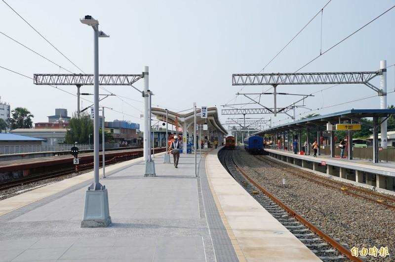 潮州到枋寮段預計12月20日電氣化通車,站內現在已設置相關號誌及電車線等,與以往出現不同的景象。(記者陳彥廷攝)