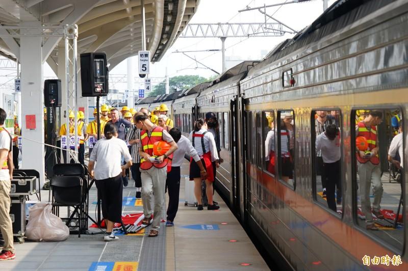 潮州到枋寮段預計12月20日電氣化通車。(記者陳彥廷攝)