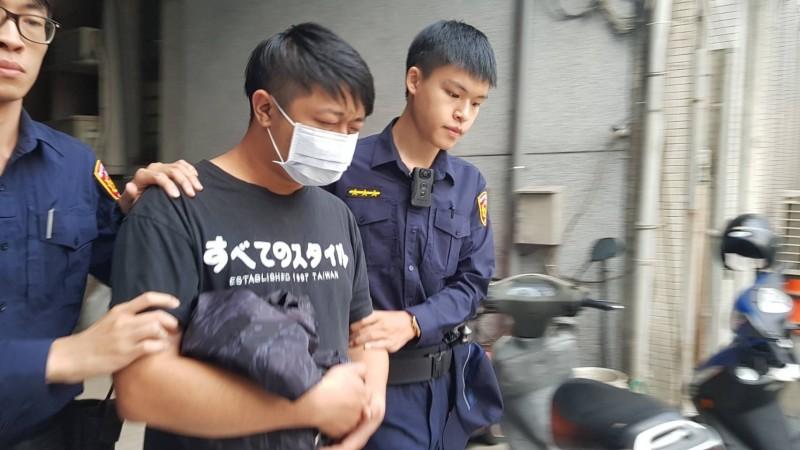 虐貓致死的彭姓男子被警方押往地檢署。(記者蔡彰盛翻攝)