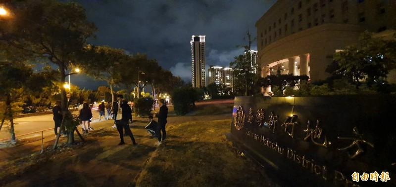 晚間有多名網友在地檢署外企圖堵人。(記者蔡彰盛攝)