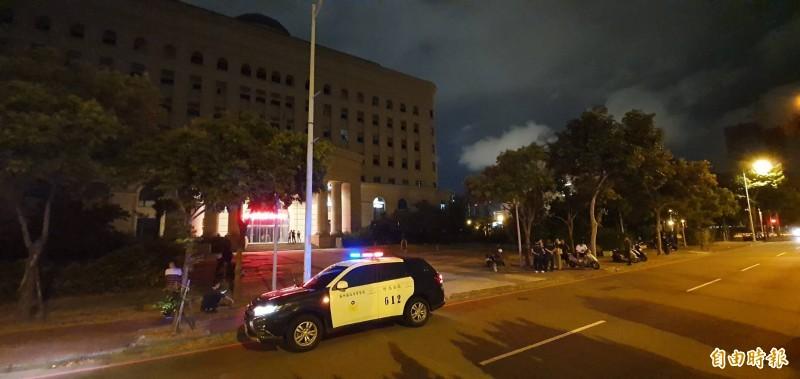 警方在地檢署外維持秩序。(記者蔡彰盛攝)