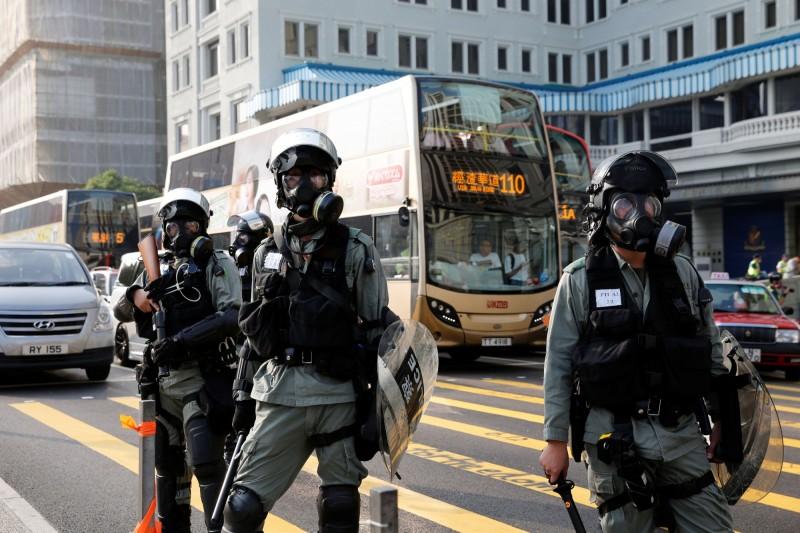 香港高等法院頒布臨時禁制令,禁止任何人起底警員,卻被法律專家認為限制範圍太廣且太含糊。(路透)