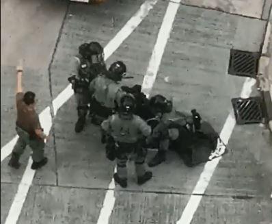 網路上流傳的影片顯示,有示威者遭香港警察制伏並在無反抗的情況下,仍遭警方踹頭。(圖擷取自臉書_飛影)