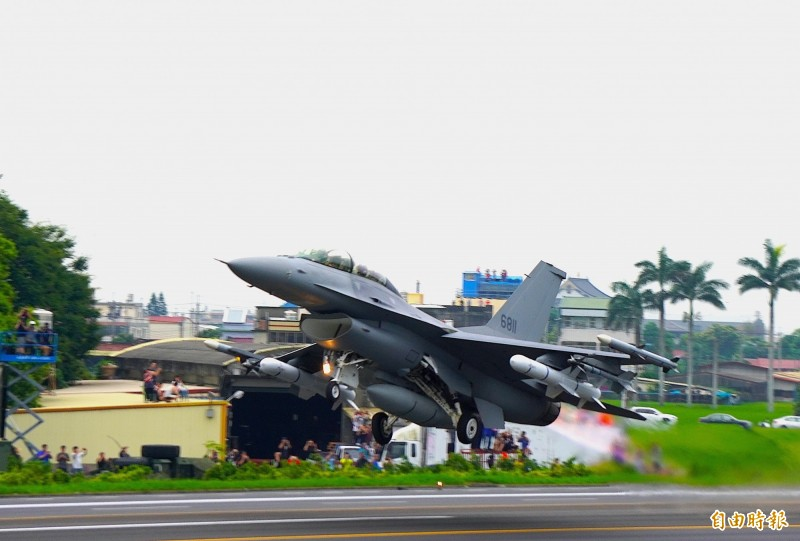 我國F-16 block20升級的F-16V戰機參加今年漢光演習戰備道起降演訓。(記者涂鉅旻攝)