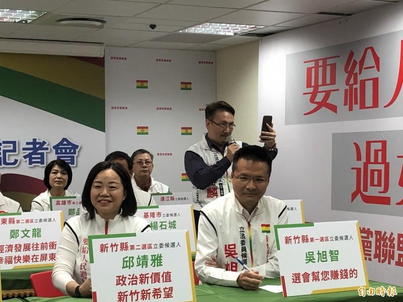 蕭赫麟突然自己拿起麥克風高喊罷免台北市長柯文哲。(記者陳昀攝)