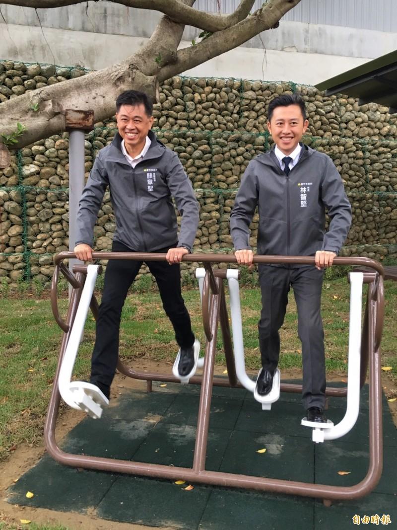 新竹市長林智堅(右)上午主持南大公園啟用典禮。(記者蔡彰盛攝)