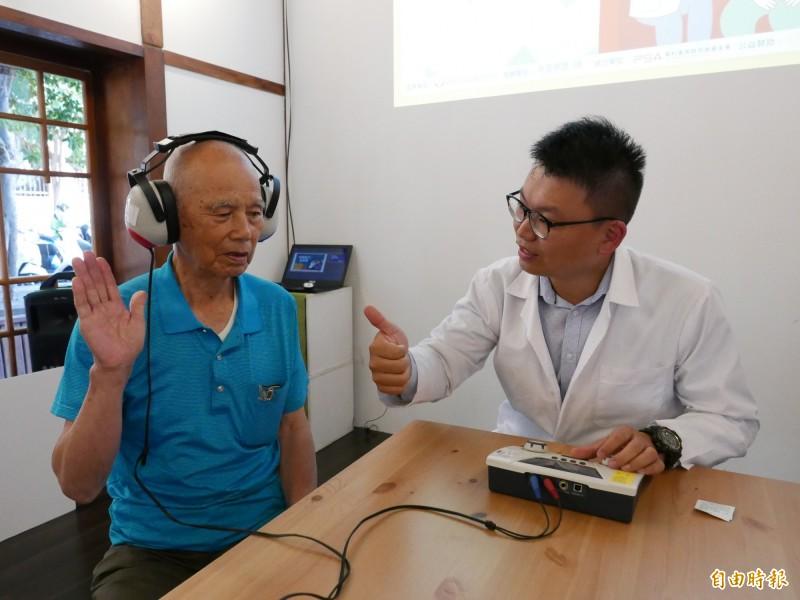 弘道為關懷的弱勢老人做聽力篩檢,鄒爺爺經聽力篩檢發現中度聽損。(記者蔡淑媛攝)