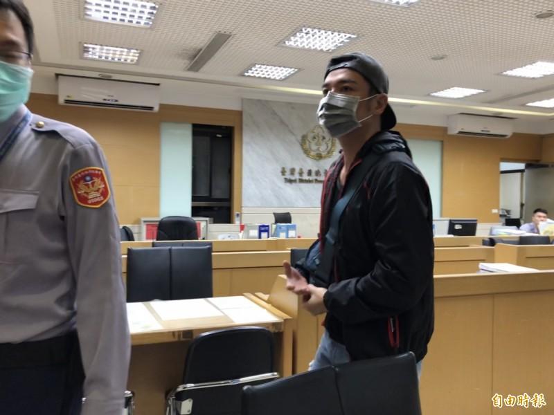 鄉土劇反派角色的演員「成潤」(本名陳伯偉),訊後被依違反銀行法,諭令30萬元交保。(記者錢利忠攝)