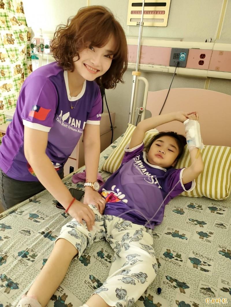 曾雅莉的雷特氏症女兒蓁蓁住院,她在醫院幫蓁蓁按摩復健。(記者陳文嬋攝)