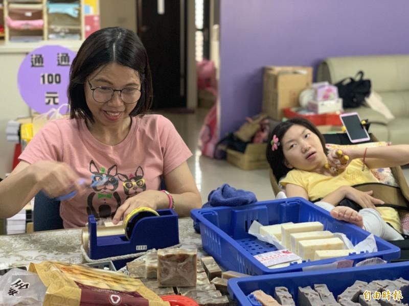 曾雅莉創立手工皂工作室,讓家長習得一技之長,最重要是遠離憂鬱。(記者陳文嬋攝)