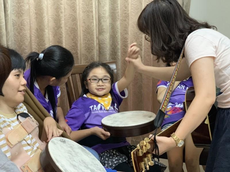 曾雅莉成立C巷弄長照據點,為病友開設音樂治療等課程。(記者陳文嬋攝)