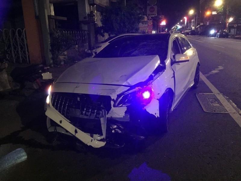 1輛賓士車今天凌晨撞上機車後車頭嚴重毀損,肇事的駕駛卻逃逸無蹤。(記者陳建志翻攝)