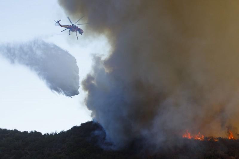 加州Getty Fire延燒,當局加緊救火。(彭博)