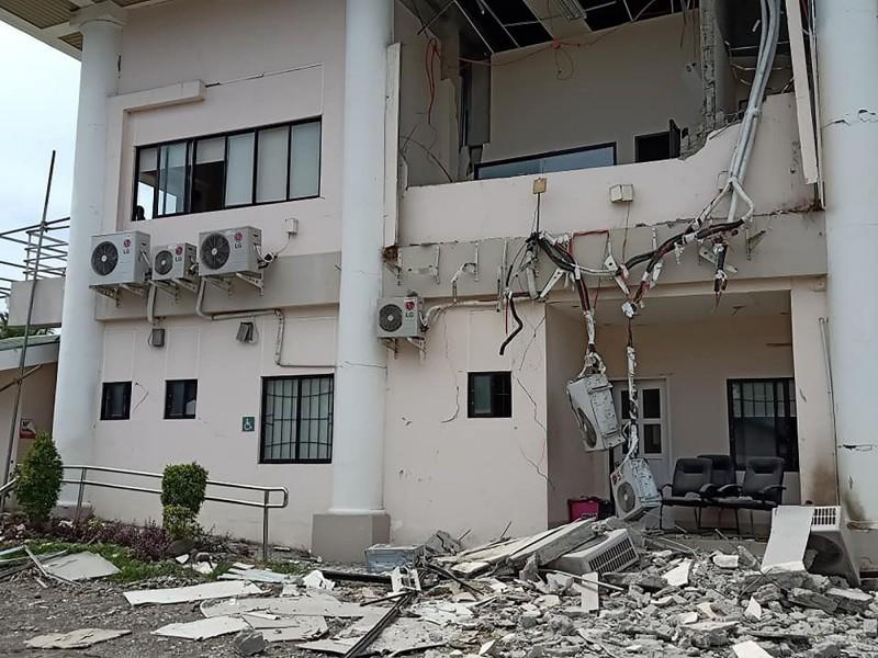 菲律賓民答那峨島今(29日)於當地時間早上9點多發生了規模6.6的強震,圖為受損的市政廳。(法新社)