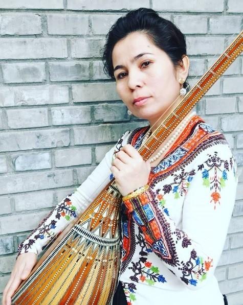 維族音樂家吐爾遜去年11月失蹤,至今將滿1年,然而,27日卻有消息傳出,她將出席11月4日在上海音樂學院的頒獎典禮,進行演奏。(圖擷取自SanubarTursun@FB粉專)